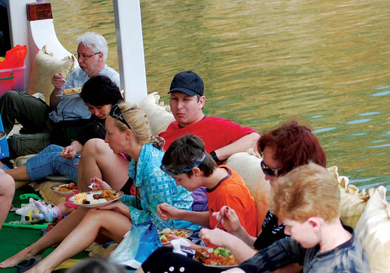 Double your entertainment of Khasab Cruise with Delectable Lunch